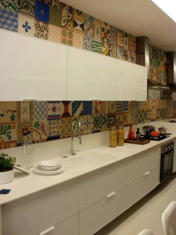 Τσιμεντοπλακάκια στον τοίχο της κουζίνας