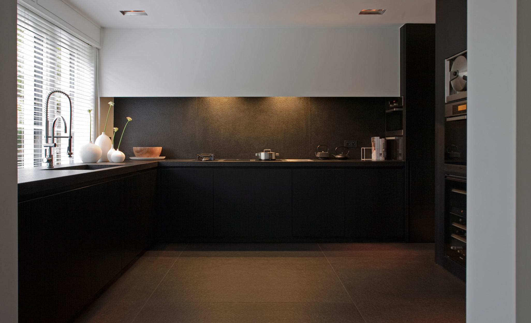 black_and_white_kitchen_1