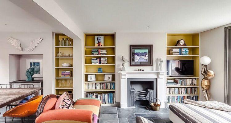 Μια κατοικία στην Αγγλία που αγαπά το χρώμα που ισορροπεί ανάμεσα σε διαθέσεις και φλερτάρει με τους τολμηρούς συνδυασμούς.