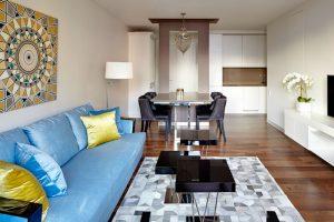 Ένα μικρό διαμέρισμα με ένα έξυπνο και κομψό πάσο-τραπέζι-νησίδα-διαχωριστικό, σίγουρα απλό, απόλυτα κυριλέ και φουλ οργανωμένο.