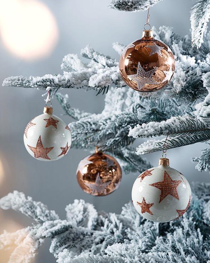 Χριστουγεννιάτικη διακόσμηση σε αποχρώσεις του χαλκού.